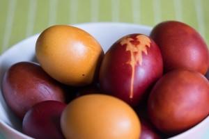 Gefärbte Ostereier mit Zwiebelschale, Kurkuma und schwarzem Tee