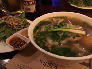 Suppe mit vielen frischen Kräutern, Hanoi