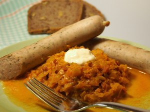 Paprika-Rahm-Kraut mit Bratwurst vom Grill