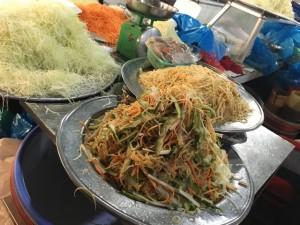 "Vietnamesisches ""Convinience Food"", geschnittene Green Papaya, Mango, Karotten"